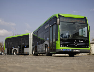 Mercedes-Benz Delivers Electric Articulated Buses to ÜSTRA in Hanover